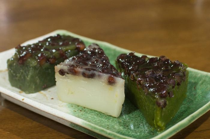 現代の水無月は伝統的な白だけでなく、夏らしい緑のものも。茶だんごで名高い、京阪宇治駅前 駿河屋の水無月は、左からよもぎ、白、抹茶と、三つの味わいを楽しめます。