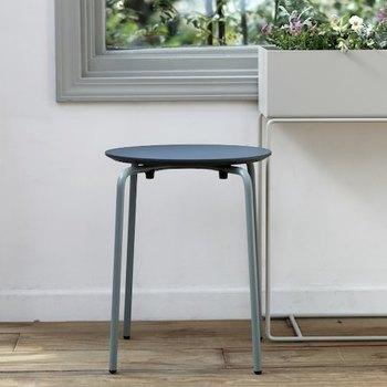 ferm LIVING (ファーム リビング)ハーマンスツールは薄型の座面がシャープで、スタッキングしてもキレイなデザインが楽しめます。落ち着いたダークトーンが絶妙。