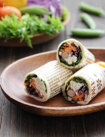 ラップサンドは、ブリトーがアメリカでファストフードとして定着するにしたがってついた呼び名だとか。ボリューム野菜で、しかもチキンが入ったブリトーは、栄養たっぷりでヘルシー。これだけ多品目が片手で食べられるのはうれしいですね。