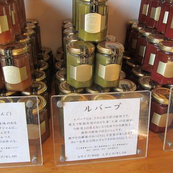 日本では長く緑色の品種が栽培され、ピンクやオレンジのジャムを見慣れた方には、手が出しにくかったかも…。 画像は山梨県・甲斐大泉のジャムクラフト とりはた製『ルバーブジャム』。今や人気者です。