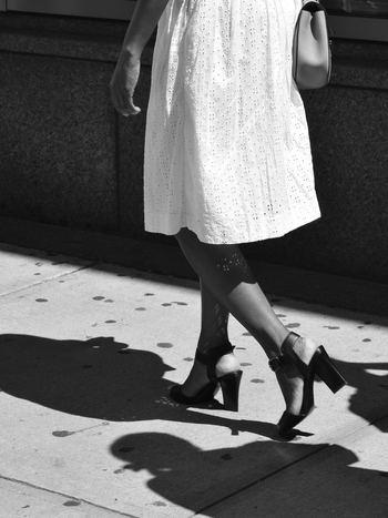 """モデルさんのようなスラリとした脚に憧れる方は多いと思いますが、実は「歩き方」が脚の形や太さにとても大きな影響を与えているのを知っていますか?普段何気なく行っている""""歩く""""という動作を見直すことも、美脚をつくるための大事なポイントです。この夏は「正しい歩き方」を身に付けて、サンダルの似合う美脚を目指しましょう。"""