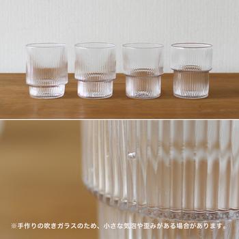グラスは4つセットで、よく見ると下部の凹凸の幅がひとつひとつ違い、思わずうなるデザイン。手作りの拭きガラスで仕上げているので、小さな気泡があったり表情が微妙に異なるところも魅力です。
