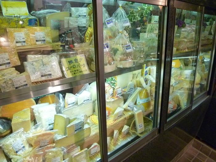 ショーケースの中にはチーズがいっぱい。選ぶのに迷いますが、お店の人にたずねれば親切に相談にのってくれますよ。