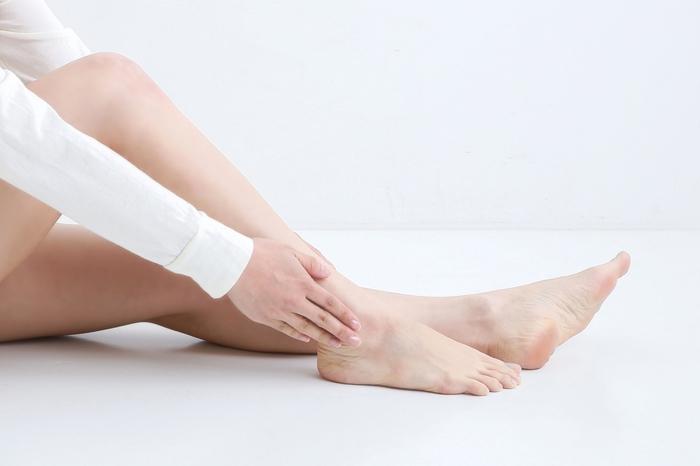 足首をぐるぐる回したり、爪先をぱたぱたと起こしたり倒したりする動きで、足首がしっかりと伸びてほぐれてきます。 ウォーミングアップとしても最適で、外出先でもできる簡単な動作です。思いついたときにやることで、足全体がぽかぽかしてきますよ。