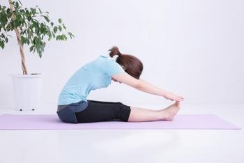 床に座り、片足を立ててもう片方の足を伸ばします。 まっすぐ伸ばしたほうの足を手で掴んで、しっかりとふくらはぎ全体を伸ばします。 体が固い場合は無理しないように行ないましょう。