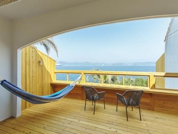広大な敷地内には、4タイプの宿泊施設がたてられています。 ゆったりとリラックスしたい方は、バルコニーにハンモック付きの「NAGI HOTEL(ナギ ホテル)」がおすすめ。海風と潮の香りを感じられるバルコニーで寝そべれるのは、また格別ですね。