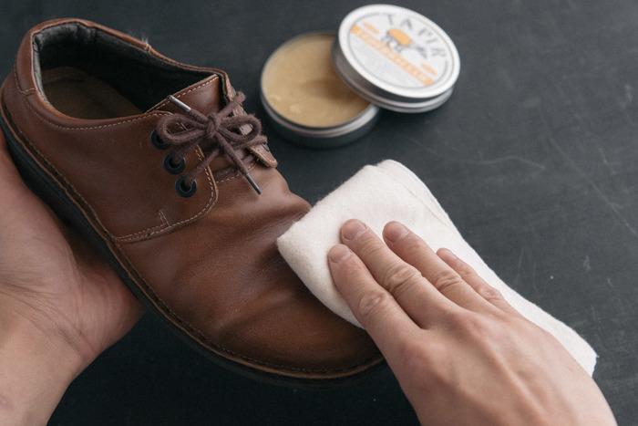 柔らかな布は、革靴を磨くときにも使えます。オイルや靴用クリームをつけ、優しく磨いていきます。最後の仕上げのツヤ出しにも◎綿100%の布がおすすめです。
