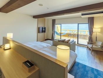 「NAGI COTTAGE(ナギ コテージ)」では別荘感覚を味わうことができ、「MINATO HOTEL(ミナト ホテル)」は洋室は全て70㎡の、広々オーシャンビュー。15畳和室もあり、こちらは大所帯で交流を深めたいという方によさそう。 また「KAZE HOTEL(カゼ ホテル)」は4,000坪もの芝生広場付きで、元気いっぱいのお子さん連れの方にもぴったり。  ちなみに今年夏には、さらにロッジに泊まれる宿泊施設ができる予定ですよ。