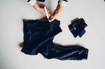 綿素材のTシャツや肌着は吸水性が高いので、雑巾として使いやすいんです。着なくなった洋服は、思い切って雑巾に。20cm程度にハサミで切っていくだけでなので、とっても簡単!