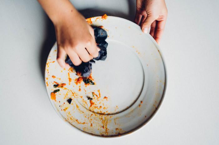 キッチンに一枚置いておけば、油汚れを拭き取ってから洗うだけで、食器洗剤がなくてもお湯だけできれいに。節約になるのはもちろん、自然環境にも優しい掃除方法です。