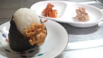 ツナマヨも、キムチも、ご飯に合うことは間違いない「鉄板」の味。その両者を混ぜておにぎりにしたら…マヨのまろやかさとキムチの辛味が合わさって、おいしいに決まってますよね。