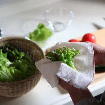 野菜の水気を拭き取る際にキッチンペーパーを使うことが多くなりましたが、昔はこうやって木綿のふきんで拭き取っていました。