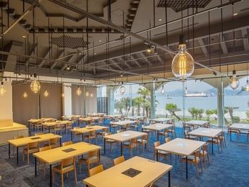 食事は、「レストランうららか」でいただきます。壁面が総ガラスなので、外の光をふんだんに取り込む、明るい空間。なにより、海が一望できるので爽快感たっぷりです。