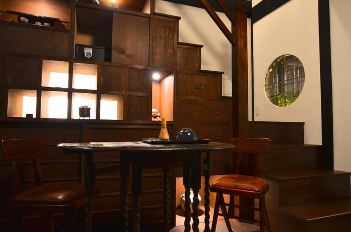 和を基調とした1階からモダンな2階へと続くスペースにあるのは、町家の意匠として大切にされてきた「箱階段」をイメージしたギャラリー。町家で暮らしてきた人たちの温もりを肌で感じるしつらえです。