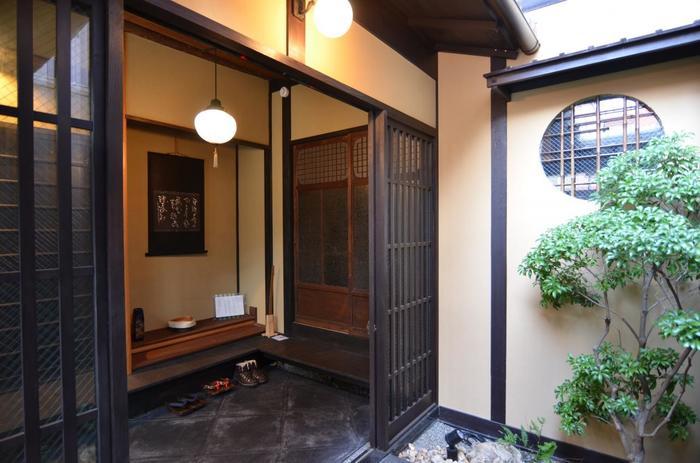 100年以上の歴史をもつ、京都で唯一の家具街にあるお宿。水の流れる風流な坪庭や格子越しに望む石畳など、大きなホテルでは体験できない京都ならではの風景を楽しむことができます。