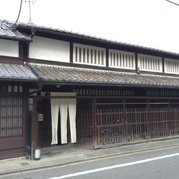約400年前、豊臣秀吉が築いた伏見桃山城の城下町・伏見にあるお宿です。外観からもわかる歴史ある建物で、京都の歴史的意匠建造物に指定されています。