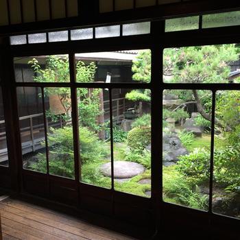 お部屋から見える中庭が、いかにも「京都」といった風情。この中庭に沿うように廊下があり、建物の中で季節の香りや空気を肌で感じることができるのも町家ならでは魅力です。