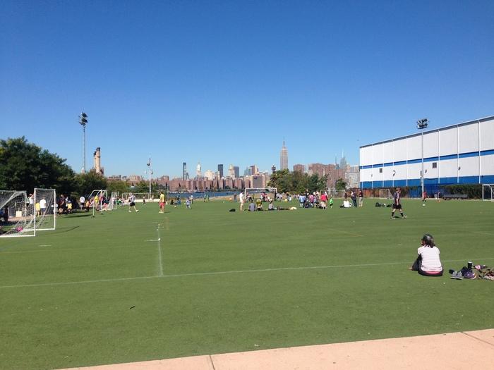 ブルックリンにあるベッドフォード駅から徒歩10分くらいのところにあるEast River State Park(イースト・リバー・ステート・パーク)。広い敷地内には自由に使える芝生のサッカーコートもあり、家族連れも多く見られます。土日には公園近くで野外コンサートやフードイベントなども開催されています。