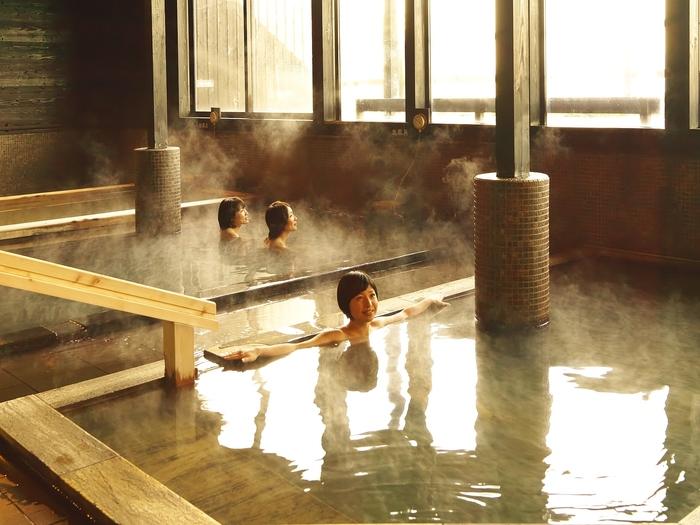 「ユユスパ」では、桧風呂、炭風呂、樽風呂、石風呂など、8種の様々なお風呂も楽しめますよ。