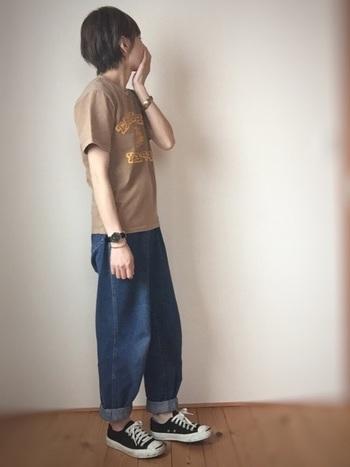 Tシャツ×デニムの定番コーデに、「Classic Black」の時計とバングルを合わせて。カジュアルでボーイッシュなスタイルに、クールさとエレガントさがプラスされたバランスの良いお手本コーデです!