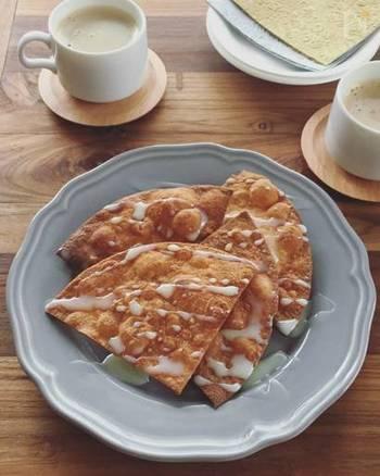 メキシコやコロンビア、エクアドルなどで親しまれている小麦粉の揚げ菓子「ブニュエロ」。余ったトルティーヤを使えば、簡単にできます。フルーツの唐辛子和えを添えるのもおすすめだとか。