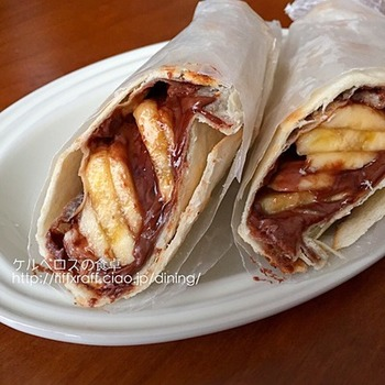トルティーヤにチョコレートスプレッドを塗り、バナナを包むだけ。簡単においしいスイーツができあがります。食後のデザートにいかが?