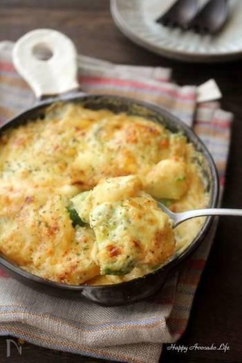 洋食に合わせるなら、クリーミーなグラタンに。バターや小麦粉がなくても、じゃがいものでんぷんで牛乳にとろみがつきます。アボカドとじゃがいものボリューム満点な一皿。