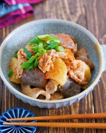 豚バラ肉で作れる、どて焼き風のこってり煮物レシピ。特別な調味料いらずですし、フライパンで作れるのも手軽で嬉しいですね。しっかりめの味つけがご飯によく合うおかずに。