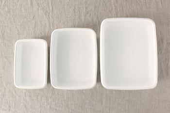 1934年の創業以来、琺瑯一筋に琺瑯製品をつくり続けてきた「野田琺瑯」のレクタングルシリーズの浅型は、包んだ餃子を並べておくバットとしてとても便利。