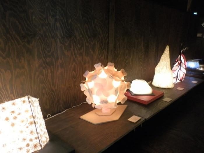 美しく優しく灯る光にうっとりしますね。1階のミュージアムショップでは、和紙のあかりアートが購入できますよ。和紙のあかりの柔らかな光は、癒し効果がありそうです。