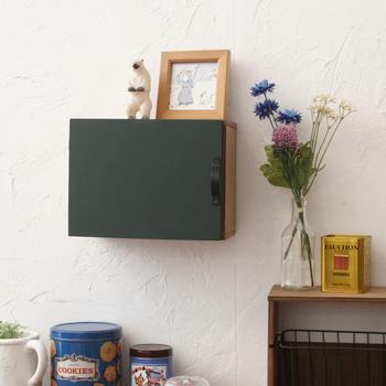 小さめのカラーボックスを扉付きにリメイク。デスクの上に飾ったり、壁掛けにしたりとバリエーションも広がり生活に合わせた使い方ができます。  取り付ける扉に黒板として使えるシートを貼り付けるとちょっとしたメモスペースにもなりますよ。