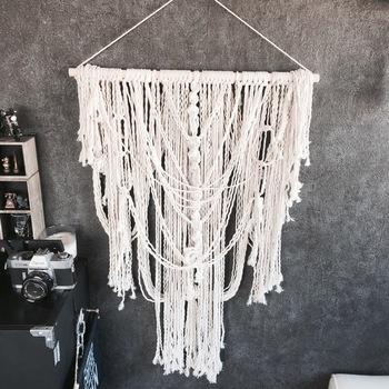 100均のロープを使って作るマクラメタペストリーの作り方。 編み目を工夫することで、さまざまなデザインにアレンジ可能です。