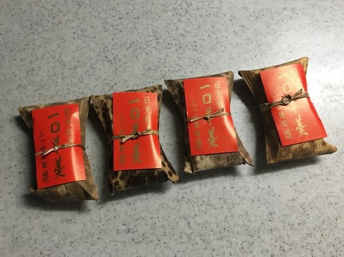 """赤いパッケージがパッと目を引く""""一口羊羹""""も人気の逸品。 ねっとりとして味わい深く、羊羹の端に砂糖が付いているので、食べるとカリカリっとした食感も楽しめます。 ひとつづつ竹の皮に包まれているので雰囲気もあり、お土産にもぴったり!"""