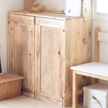扉は杉材を貼ったベニヤ板を使えば立体的な仕上がりになります。ブライワックスで風合いを出して完成!  数段に分けたり、フラップ扉にしたり、中の見える透明な素材に変えたり。 扉の取り付け方や素材を自由にカスタマイズできるのもカラーボックスリメイクのいいところですよね。