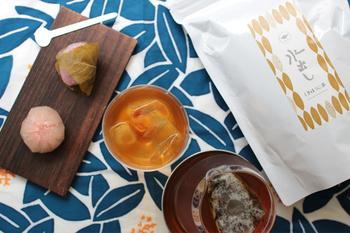 今回は、日本人に馴染み深い「日本茶」を水出しで美味しく淹れる方法から、おすすめ茶葉やアイテムまで幅広くご紹介します。梅雨の時期だからこそ、喉越し爽やかな美味しい一杯を楽しみましょう♪