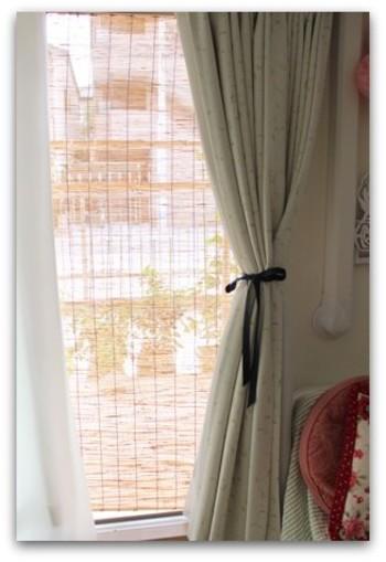 すだれを窓に吊るすと、風は通すのに日光をほどよく遮ってくれます。日本人の昔ながらの知恵ですね。インテリアの雰囲気と合わないと感じるなら、グリーンを一緒に吊るしてみても。