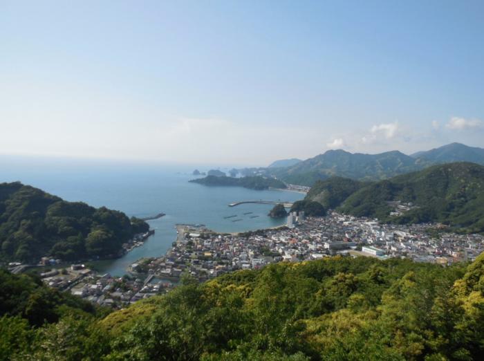 「あじさいの丘」は、駿河湾と松崎町を見渡せる「牛原山町民の森」にあります。天気が良ければ富士山が見えることも。