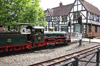 「虹の郷」には、イギリスとカナダの町が再現されている西洋ゾーンがあります。そこで人気の的となっているのが、15インチの小さな「ロムニー鉄道」。イギリスでは実際に公共の鉄道として運転されているもので、日本では唯一この場所だけで乗車が可能。約1キロの距離をゆっくり走り、園内を眺めながら楽しめます。