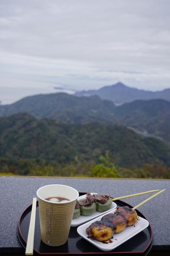 「富士見テラス」にある和の空間「かつらぎ茶寮」でひと休み。地元素材にこだわった和スイーツや、駿河湾産の桜海老が香るうどんなどが味わえます。雨でも店内でくつろぐことができます。