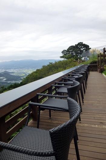 「虹の郷」の帰りには、富士山や駿河湾といった絶景を眺められる「伊豆の国パノラマパーク」へ。全長1800mのロープーウェイから雄大なパノラマを楽しめます。 自然のパワーを感じられる「富士見テラス」は必見。