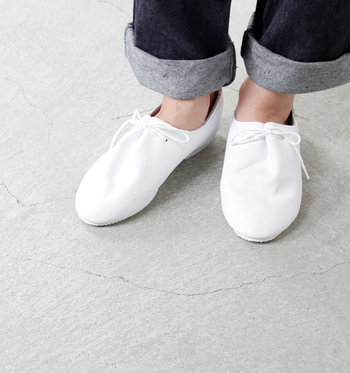 柔らかいレザーのレースアップシューズなら、履くほどに足に馴染み、普段履きとしてもおしゃれに楽しめます。