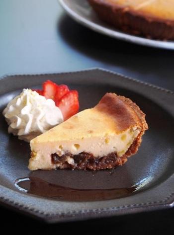 ルバーブジャムをクッキー型に敷き、断面が層になるようにしたのがポイント。くちの中に広がるチーズと酸味のハーモニーが◎