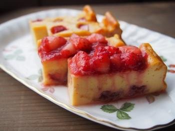ルバーブジャムを、ケーキのフィリングにした上、いちごとともにトッピングして、しっとりさわやかなひと皿に。