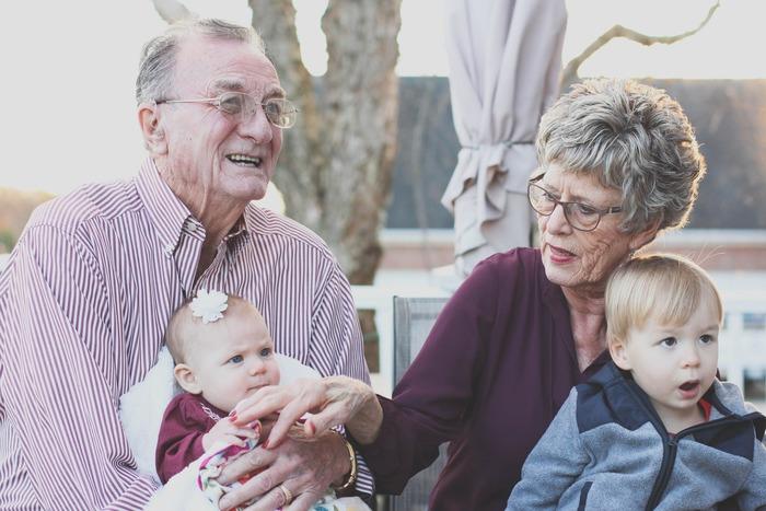 高齢者の豊かな人生経験は、後に続く若い世代の大きな助けとなります。異なる世代がお互いの知識や考え方を分かち合うことは新しい刺激をもたらしますし、人生の先輩としての役割を与えられ頼られていると実感することは、高齢者の心身を元気にしてくれます。