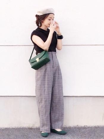 黒×グレンチェックのマニッシュスタイルに、ちょっと珍しいレトロなグリーンのフラットシューズをコーディネート。バッグのカラーもリンクさせて、差し色を効果的に使っています。