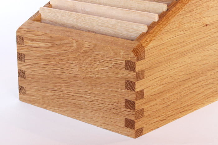Oak Village(オークヴィレッジ)の製品には、伝統的な組み木技法が随所に施されています。例えば文具では、金具を使わずに、2枚の板を接合させる「あられ組み」という技法を使用し、見た目の美しさは勿論、接合部分をより丈夫にし、木材の反りを抑える等のメリットがあるのだそうです。「KOBAKO」シリーズは、伝統工法を活かし、さらに発展させたオークヴィレッジ独自の木組みを用いて組み立てています。