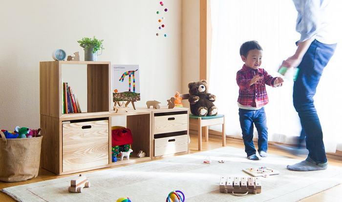 同じ組み合わせでも、生活スタイルやお部屋の用途に合わせてアレンジを楽しむことが出来るKOBAKOシリーズ。 スターターセット:A×1 スターターセット:B×1 KOBOX(L)×1 この3つのアイテムを組み合わせると、こんな風に高さを抑えた子供部屋の収納の完成です。おもちゃや絵本、洋服など、子供の目線に合わせれば、自ら進んでお片付け出来る、そんな習慣も身に付きそう!