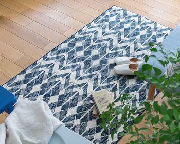 パイル部分の長さが約3mm のラグマット。生地にレーヨンを使用しているので、滑らかな肌触りが特徴。爽やかなブルーカラーで、清涼感のある寝室を演出してくれるアイテムです。