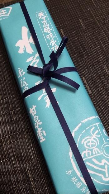 パッケージは涼やかな水色に、キリリと引き締まる紺の紐で結ばれています。夏のティータイムのお供として、見た目にも、これからの季節にぴったりな逸品です。
