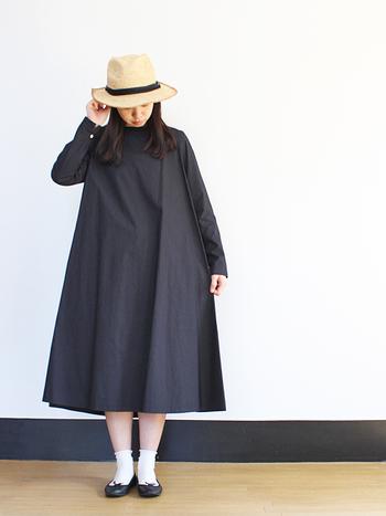 少し重いかな?と感じる黒のワンピースは、上手に小物をプラスしてぬけ感を出しましょう。天然素材のハットと白のソックスを合わせれば、一気に軽やかな雰囲気に。袖をロールアップしてもいいですね。